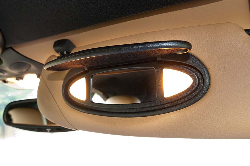 サンバイザー裏のバニティミラーは、カバーを開けると左右の照明が点灯する