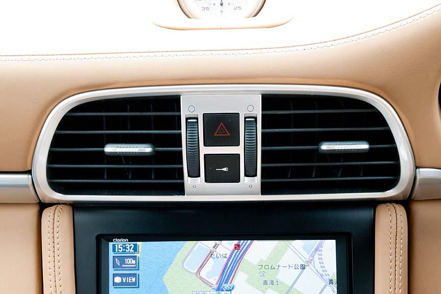 センターコンソール上部のエアコン吹き出し口中央にはハザードスイッチと、ドアロックスイッチを備える
