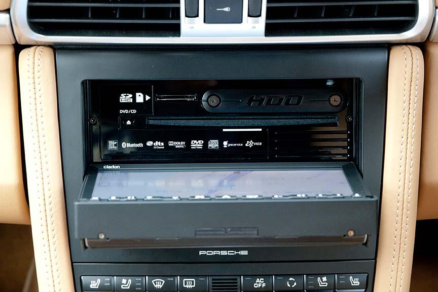 液晶部を開けたところ。DVD/CDのほか、SDメモリーカードにも対応する。各種規格のロゴが見える