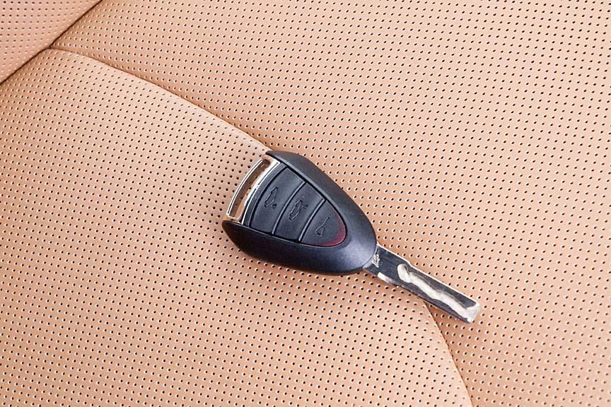 キーは内溝タイプ。表面にはエンブレム、裏面には施錠・解錠ボタンと、トランク、エンジンルームオープンボタンも備える