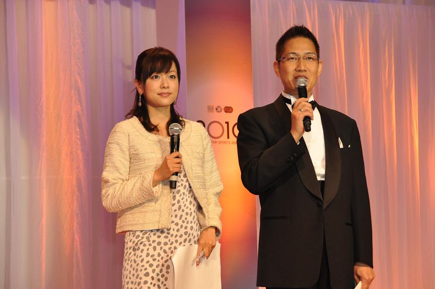 司会はレースアナウンサーのピエール北川氏(右)とフジテレビアナウンサーの本田朋子さん(左)