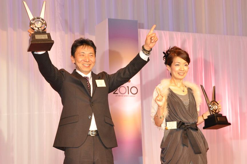 全日本ラリー(総合)チャンピオン 勝田範彦選手(左、ドライバー)、足立さやか選手(右、ナビゲーター)