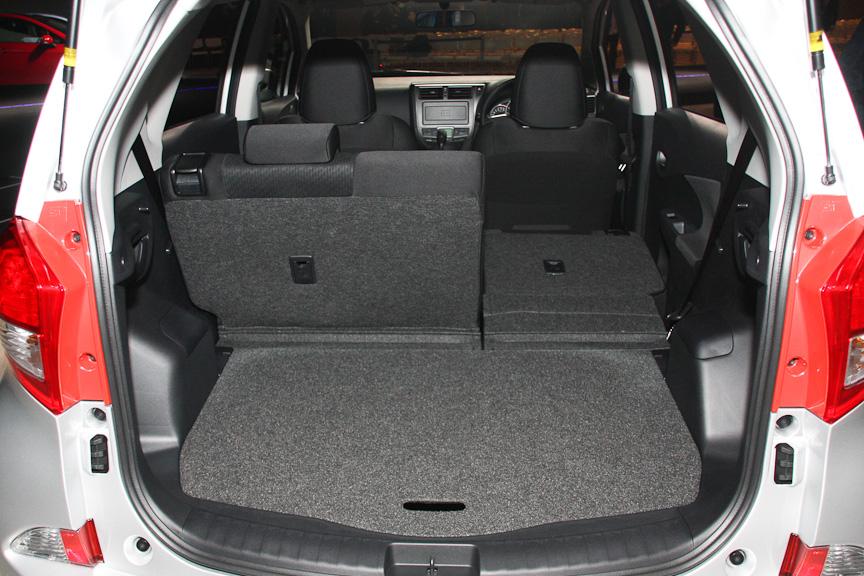 リアシートは6:4分割可倒式で、インプレッサと同等以上の容量を誇る。5名乗車時のカーゴスペース容量は429Lで、荷室サイズは1005×760×1200mm(荷室幅×荷室長×荷室高)