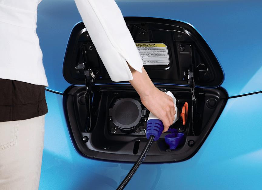 フロントバンパー部に設けられる充電コネクター