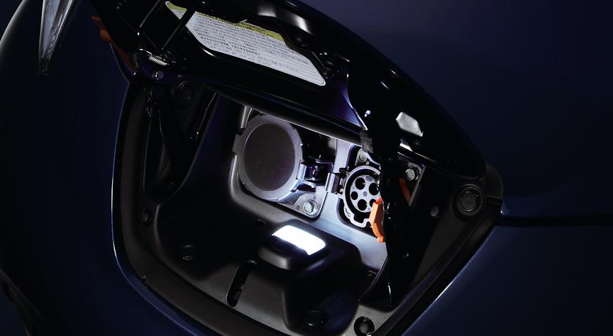 夜間の充電に便利なようライトを装備(ディーラーオプション)