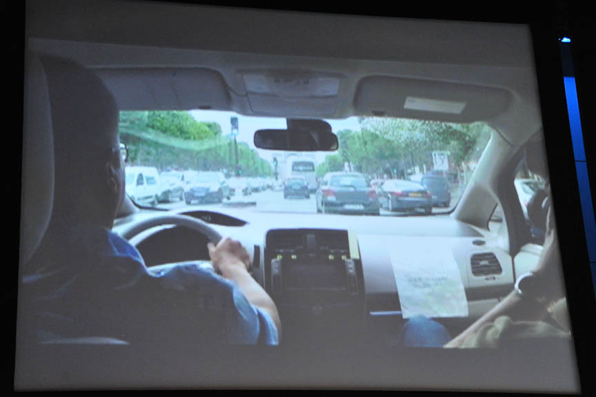 パリでは市街地での走行テスト