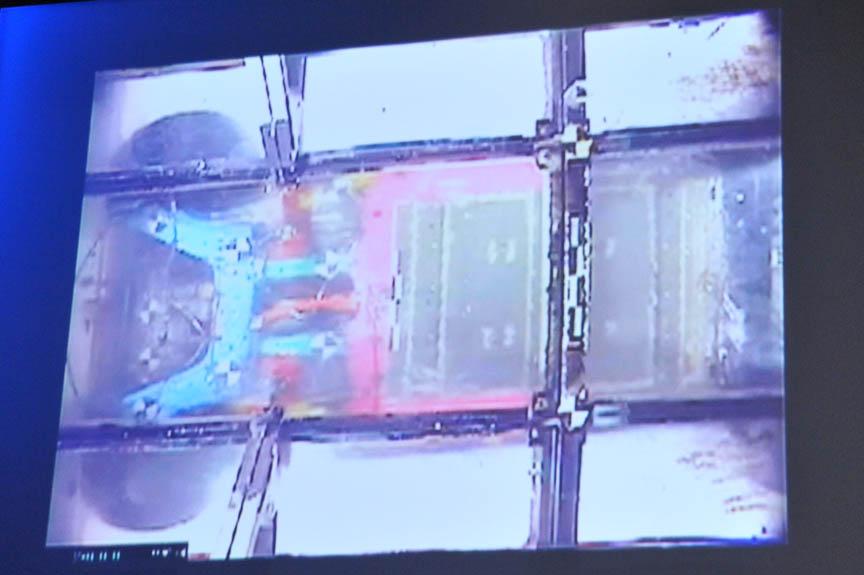 前方衝突(上)と後方からの追突試験(下)。いずれも右の写真は衝突後のリーフを底面から撮影したもの。赤い枠の右側がバッテリーだが、ほぼ変形していないのが分かる