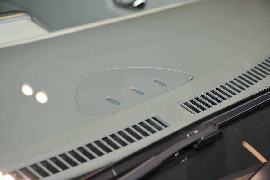 ダッシュボード上にある3つのランプは充電状態を表すインジケーター。フロントウインドー越しに確認できる