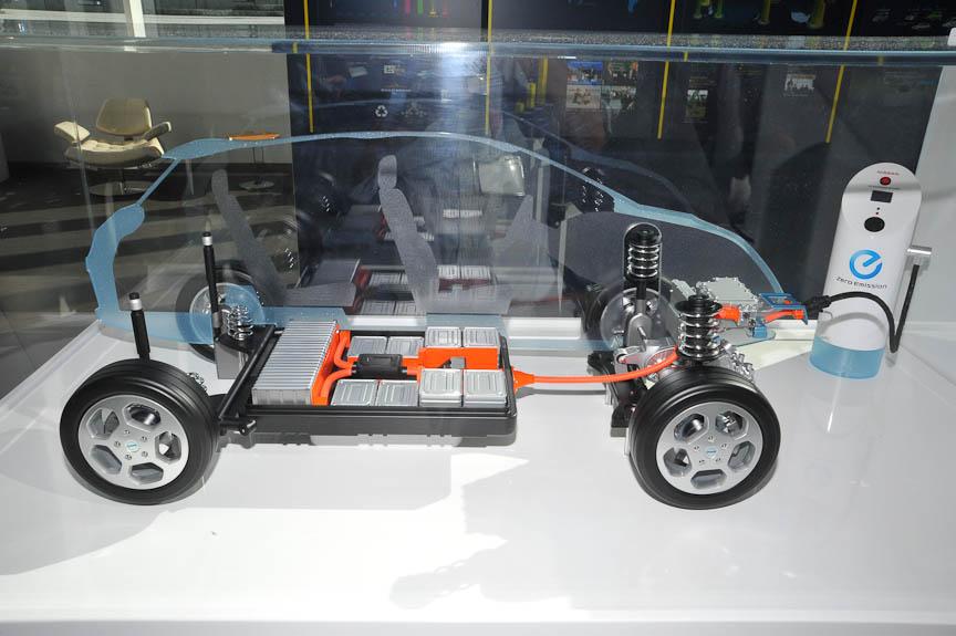 バッテリーパックは床下に置かれる。モーターはフロント