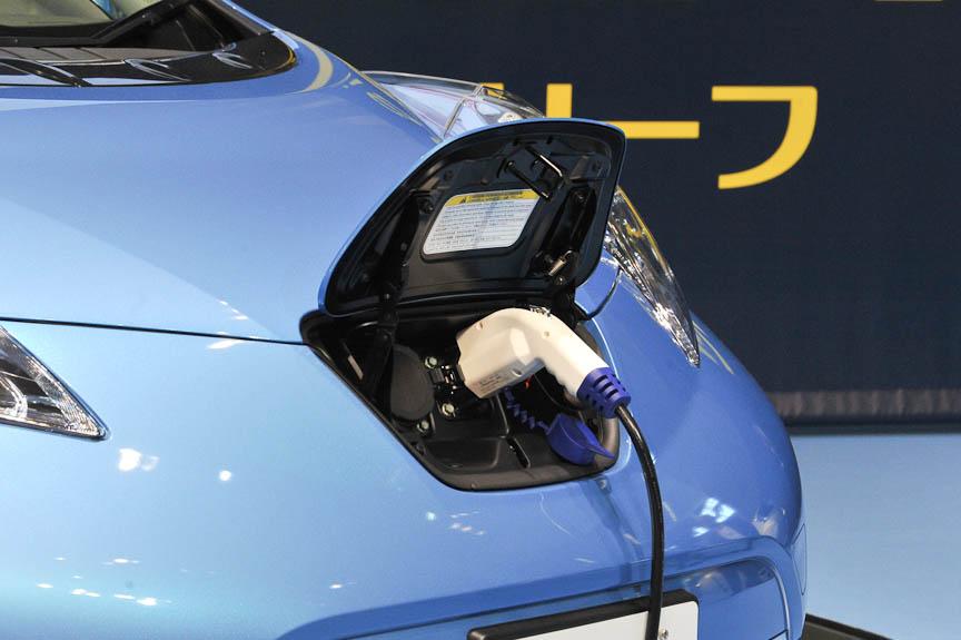 充電コネクタは急速充電用と普通充電用を備える