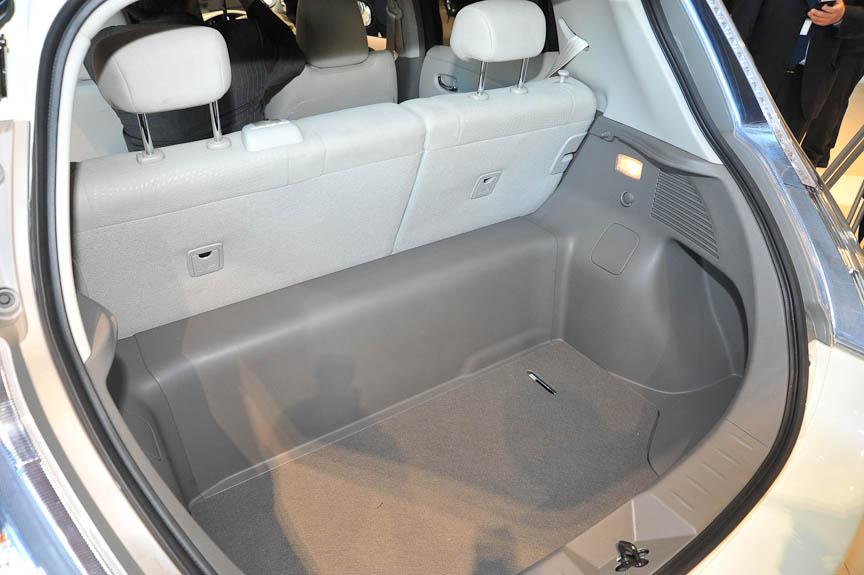 ラゲッジルーム。シートは6:4の分割可倒式だが、倒したシートとラゲッジルームの床には段差があり、ラゲッジルームのほうが深い