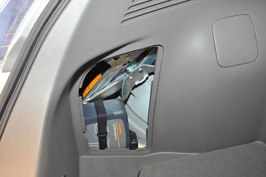 スペアタイヤは搭載せず、パンク補修キットを積む