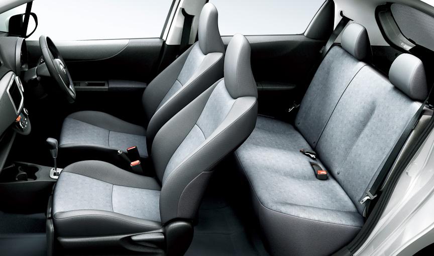Uグレードはインストゥルメントパネルやドアトリムにソフトパッド表皮をあしらうほか、運転席シートヒーターや、本革巻きステアリングを採用するなど、上質感を高めた