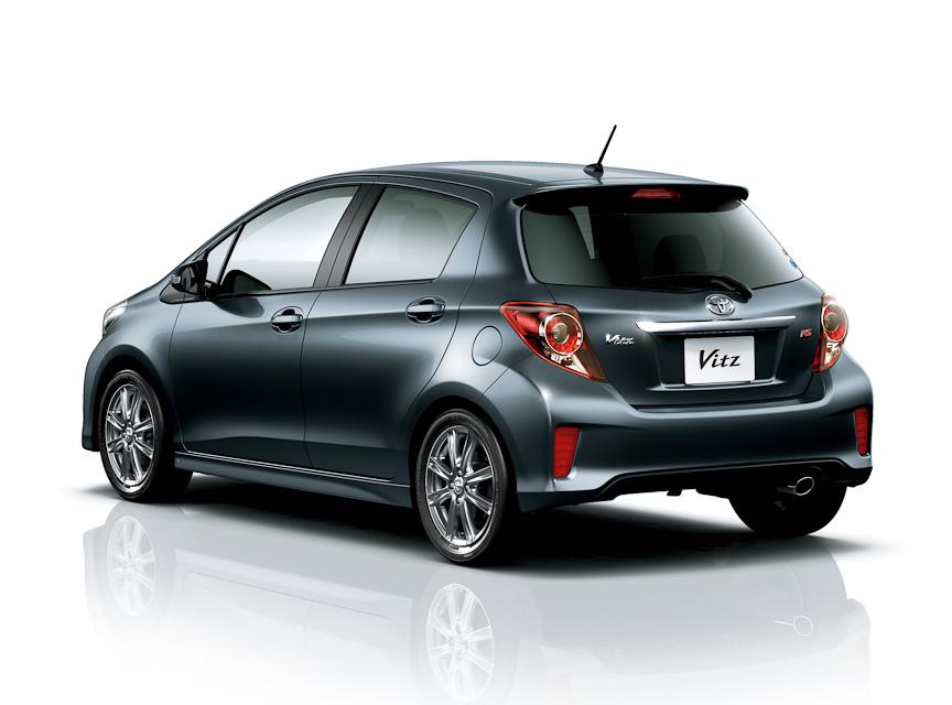 RSは専用スポーツグリル&エアロバンパー、専用LED式リアコンビネーションランプ、16インチアルミホイール、専用シート表皮などを装備するスポーティグレード。CVT車はパドルシフトを備え、5速MT車も用意される