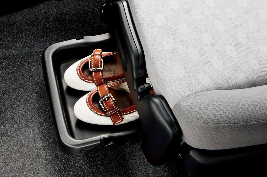 シューズなどを収納できる助手席シートアンダートレイ