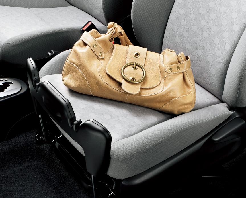 助手席は、かばんや買い物袋などを置いた際にすべり落ちないような機構を備える