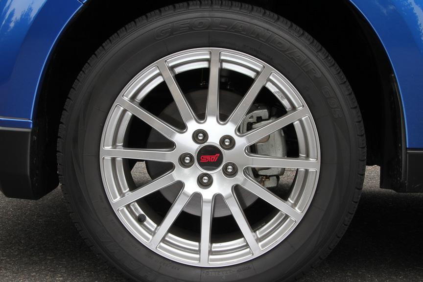 ベース車のS-EDITIONにもSTI製アルミホイールが付くが、tSのほうが新しくて軽いものとなる