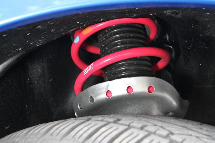 サスペンションはダンパー、スプリングともに専用。車高も15mmダウンしている