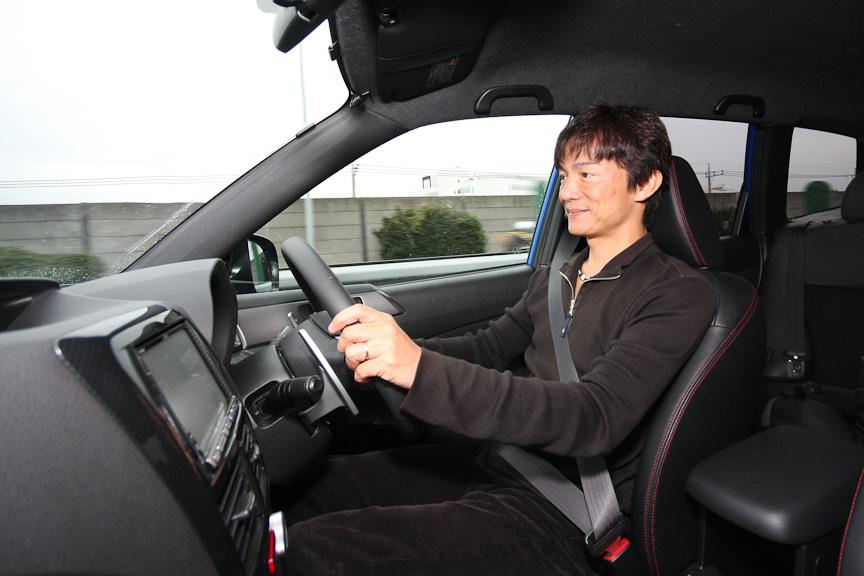 高速道路の大きめの振動も一発で収束させるサスペンションセッティングで乗り心地も快適