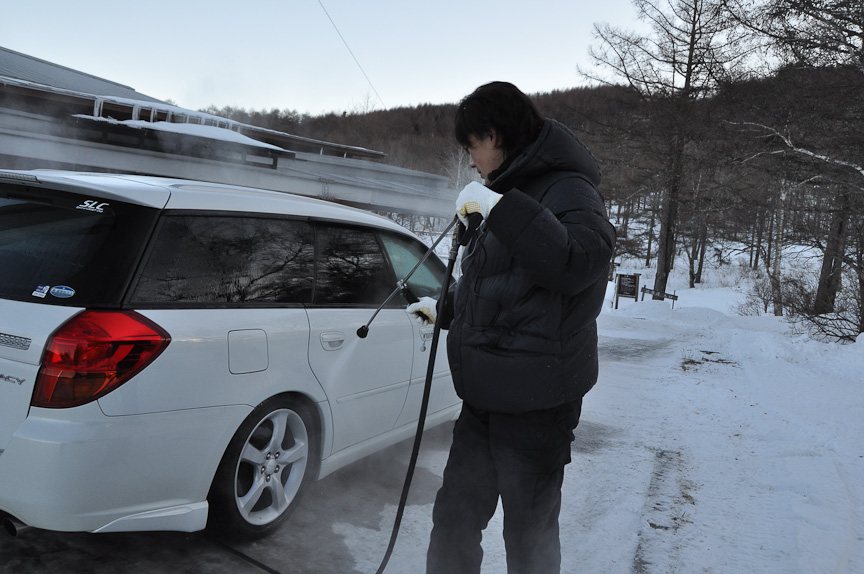 参加車両は、スタッフの手によって各部が洗浄される。これは湖上を汚さないようにするため