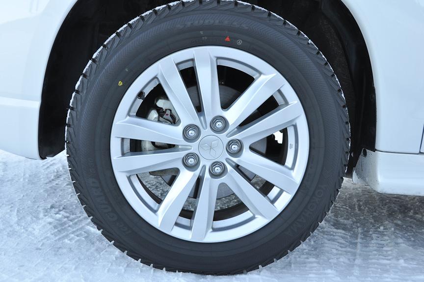 装着するスタッドレスタイヤは、横浜ゴムのiceGUARD TRIPLE PLUS iG30。今シーズン発売された最新スタッドレスタイヤ。転がり抵抗の低減を図るなどエコ性能を進化