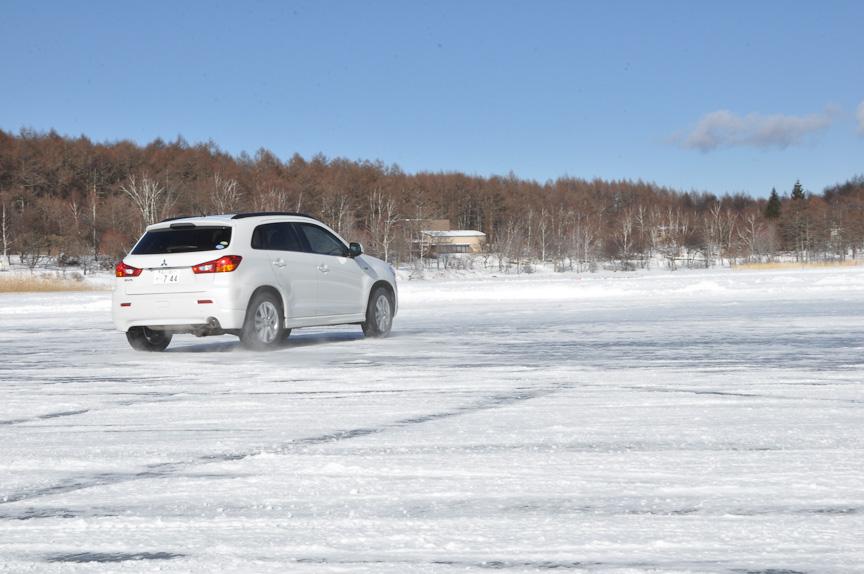 氷結湖面でも雪のあるところでは、快適に走行することができる