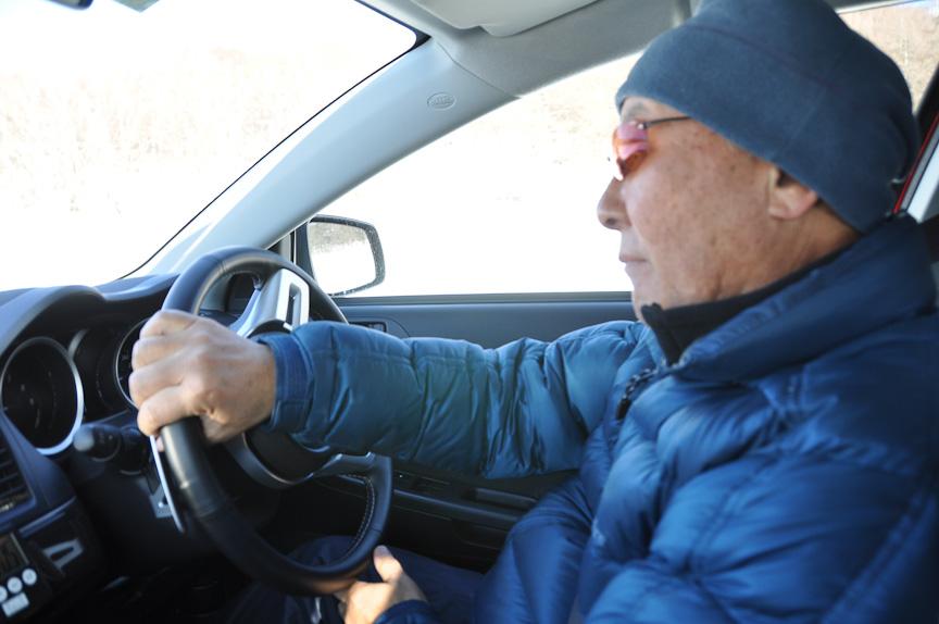 同乗走行中の日下部氏。ステアリングさばきは素早く、そして的確。路面状況を探るため、小刻みなステアリングワークを繰り返していた