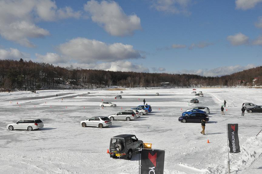 氷結湖面を思い思いに走る各参加者。3つのエリアのどこを走ってもよい