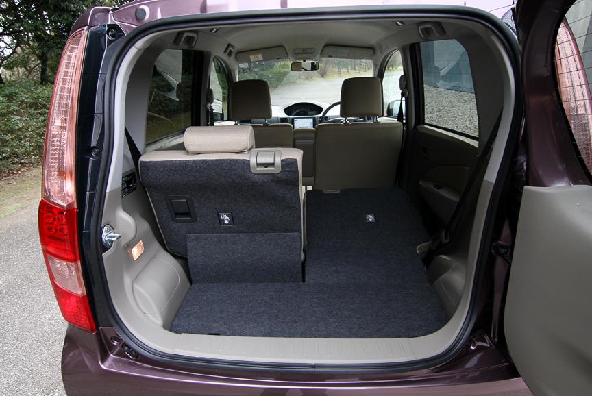 約90度開くドアや、横開き式のバックドアなど使い勝手のよい装備を満載する新型ムーヴ。ホイールベースは35mm短縮されたが、「居住性に影響なし」と開発陣