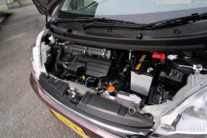 最高出力38kW(52PS)/7200rpm、最大トルク60Nm(6.1kgm)/4000rpmの自然吸気エンジンを搭載するXリミテッド。ボディーカラーはシルキーマルーンクリスタルメタリック