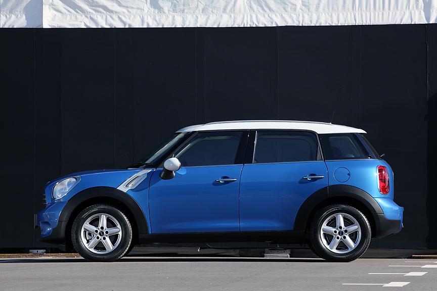 ルックスはハッチバックに似たもの。写真ではサイズが掴みにくいが、実車を前にするとかなり大きなボディーであることが実感できる。車高は欧州仕様では1561mmだが、日本仕様は1550mmとタワー式駐車場に入るサイズに調整されている