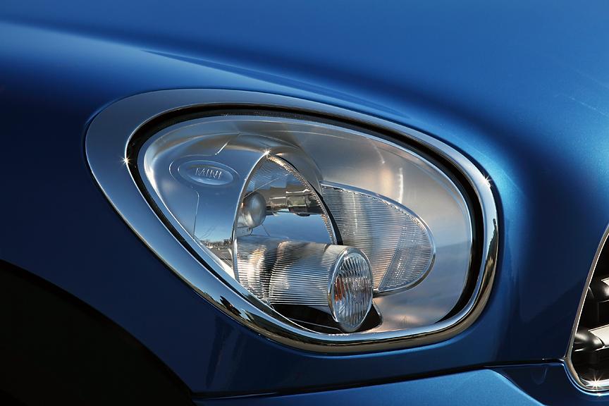 ヘッドライトは手前にウインカー、奥にライトユニットの組み合わせはハッチバックと同様。ただし、形状は楕円タイプからちょっとエッジがある立体的な形状に変更された。ホワイトタイプのターンシグナルレンズはオプション