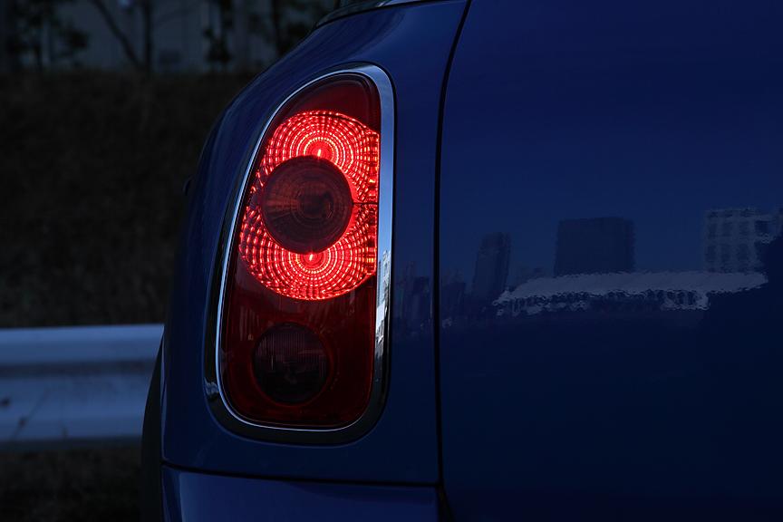 リアコンビランプの点灯パターン。左がブレーキランプのみ、中央がウインカー点灯時、右はさらにバックランプも点灯した状態