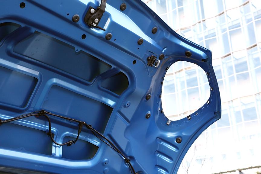 ボンネットフードはヘッドライト部分がくり抜かれた独特の造形