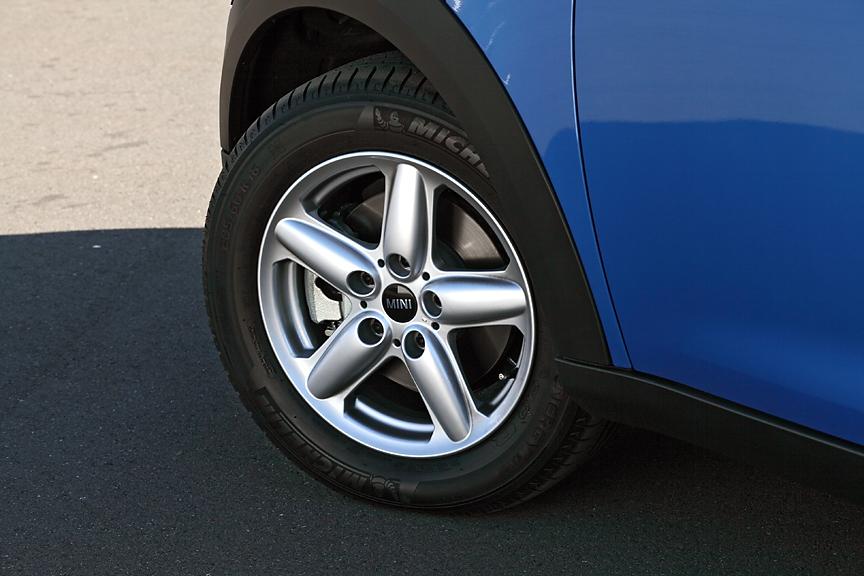 タイヤサイズは205/60 R16。クーパーS ALL4はランフラットタイヤが標準、そのほかのグレードはオプションとなる。ホイールは16インチの5スター・シングル・スポークが標準。「ワン」はタイヤ&ホイールサイズは同様ながらスチールホイールが標準