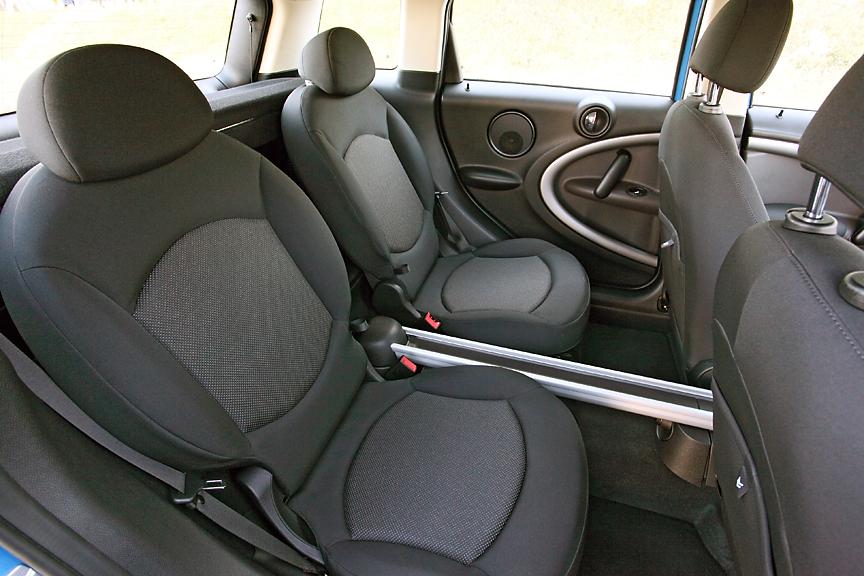 「ワン」と「クーパー」にはスタンダードタイプのシートが標準。乗車定員も基本は4名で、5名乗車はオプションとなる