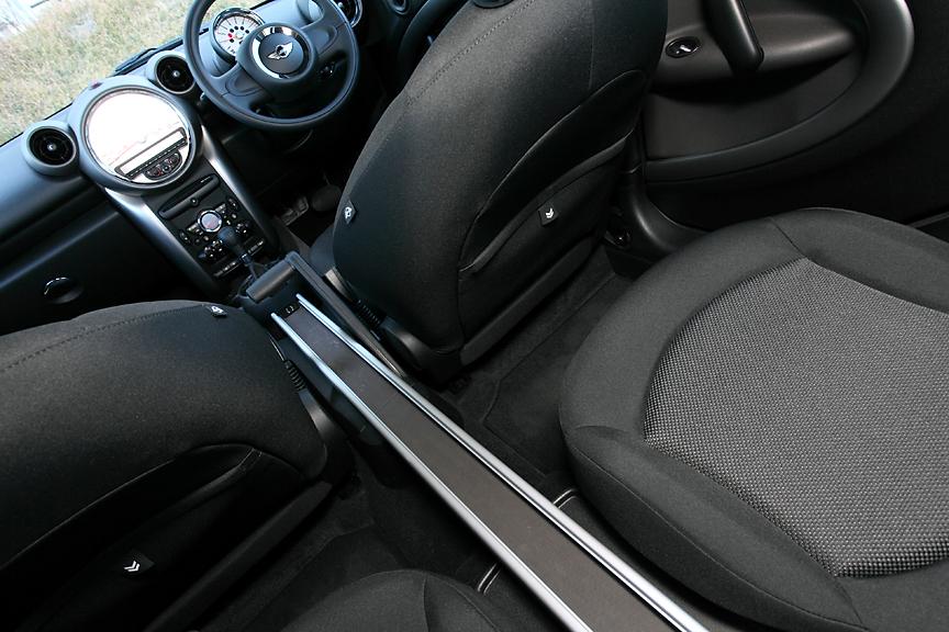 4名乗車モデルにはセンター・レール・システムを採用。カップホルダーや小物入れなど、必要な装備を選んで自由な位置にセットできる。写真のスルー・タイプのほか前後席で分割され、後席で左右に移動できる2ピースタイプもオプション設定する