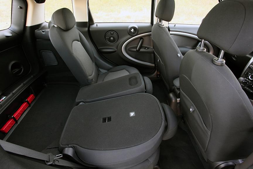 5名乗車モデルの場合はセンター・レール・システムはフロントのみのショート・タイプとなるが、中央部をアームレスト的に使えるなどのメリットも。シートスライドは全席独立ではなく左右分割タイプ