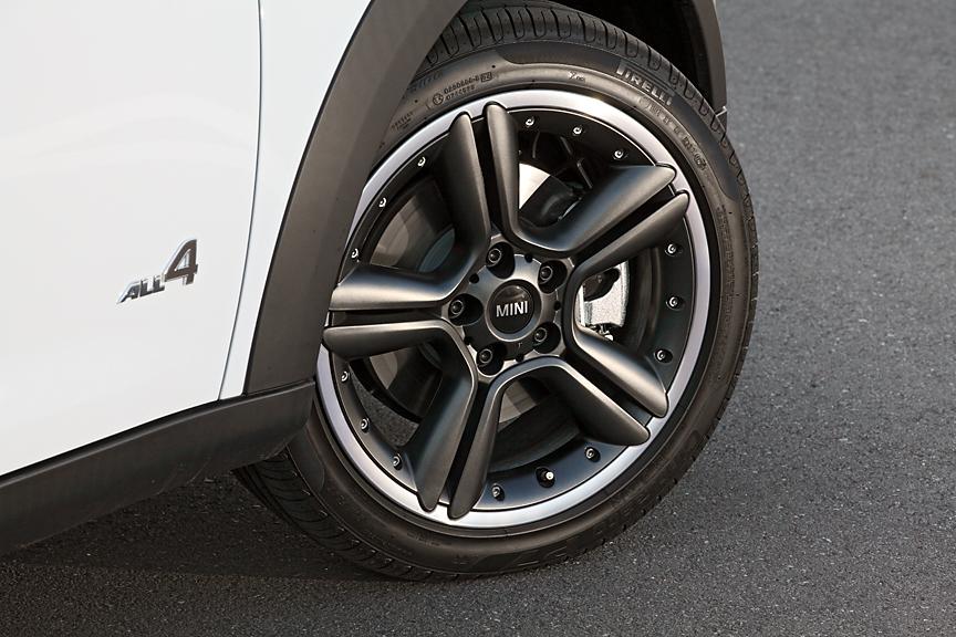 タイヤサイズは205/55 R17。標準ではスター・ダブル・スポークのシルバータイプだが、撮影車両はオプションのスター・ダブル・スポーク・コンポジットのアンスラサイトカラーを装着。タイヤはランフラット