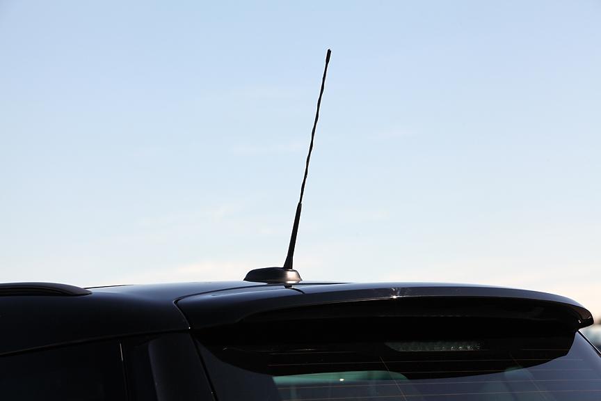 マウント部を日本仕様専用形状としたアンテナ。これにより全高が11mm低くなり、立体駐車場にも駐車可能な1550mmを実現している