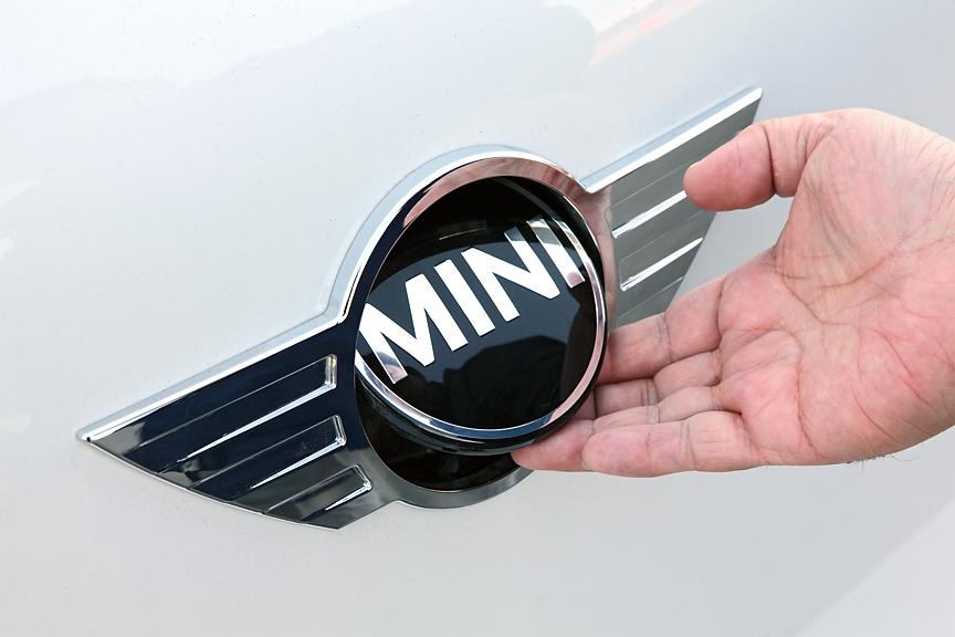 リアゲートのオープナーはMINIのロゴ部分