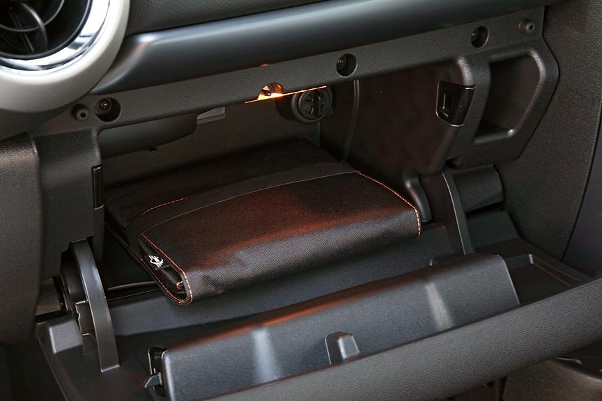 グローブボックスの容量は車検証プラスアルファといった程度