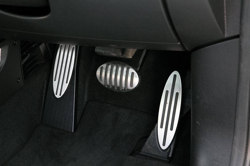 アクセル、ブレーキおよびフットレストにはアルミタイプのカバーが付く