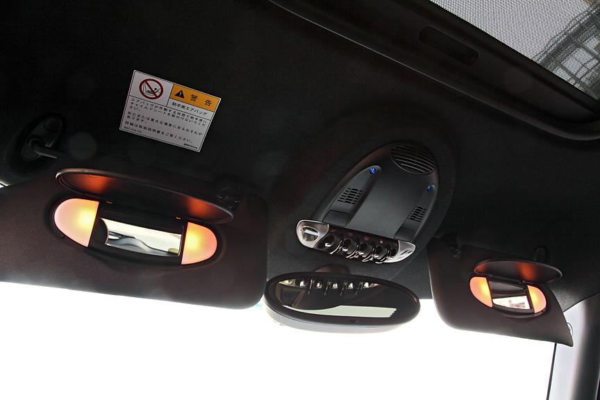運転席、助手席ともサンバイザー裏にはバニティミラーとランプを用意