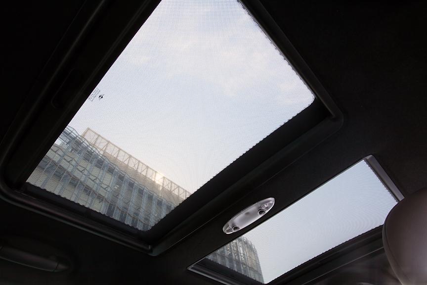 前後2分割の電動ガラスサンルーフはオプション。直射日光を防ぐローラー・ブラインドも装備