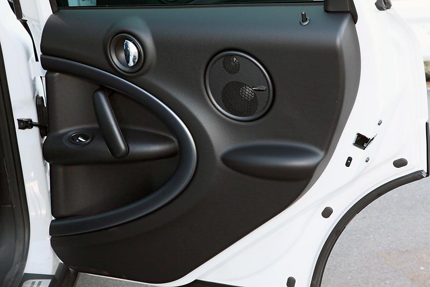 MINIファミリー初のリアドア。フロントドアから連続する楕円をモチーフとしたデザインが施されている
