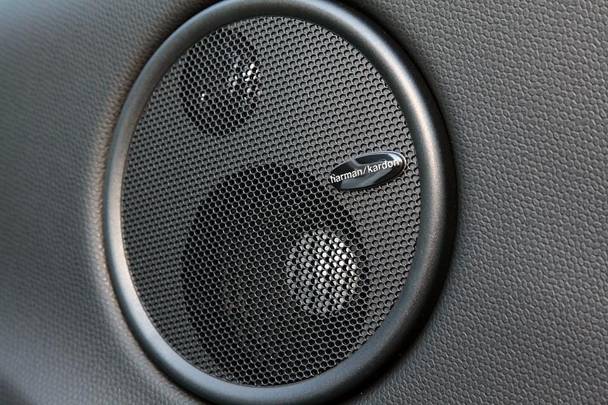 ドアマウントされるハーマンカードン製スピーカーはオプション。合計10個のスピーカー合計の最大出力は640Wで、臨場感あふれるサウンドが楽しめる