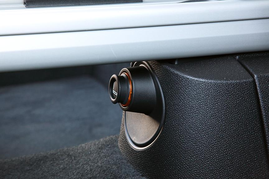 オプションのストレージ・パッケージを選択すると、フロントシート後方中央下部に後席用12Vソケットが付く