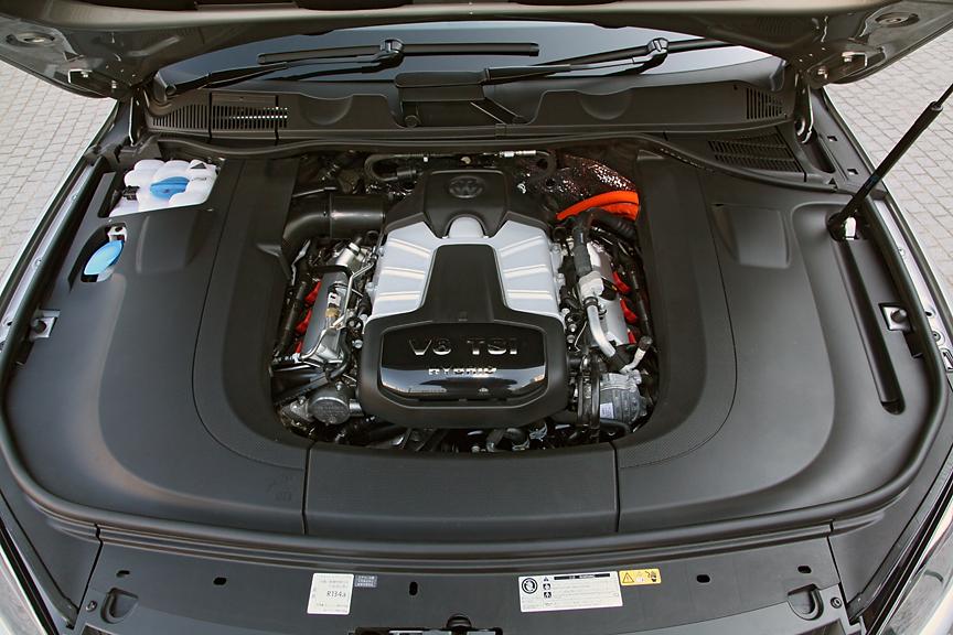 エンジンは3リッターの直噴V6ユニットでスーパーチャージャーも装着。単体でのスペックは最高出力245kW(333PS)/5500-6500rpm、最大トルク440kW(44.9PS)/3000-5250rpm。出力34kWのモーターはエンジンとトランスミッションの間に挟まれる形で装着される。システムの合計出力は279kW/580Nmとなる