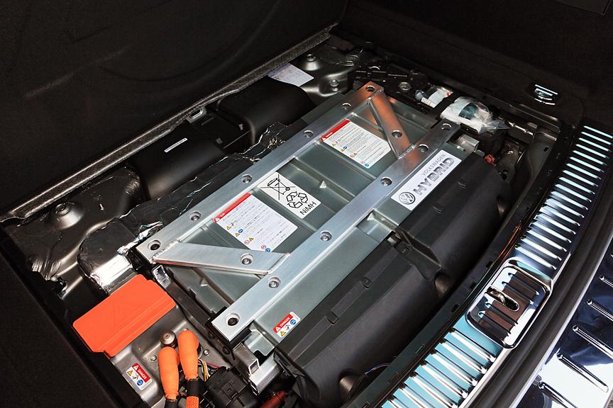 ラゲッジルーム直下に搭載されるバッテリー。合計240個のセルをもつニッケル水素バッテリーで、288Vを発生。単体重量は67kg、ケースと冷却システムを含めたシステム重量は79kgと大人1人分程度に過ぎない
